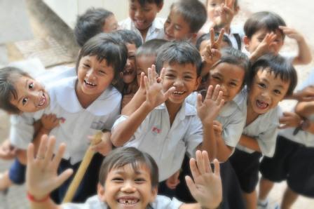 Gruppe von Kindern freut sich sehr